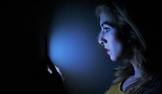 Ánh sáng xanh từ điện thoại ảnh hưởng đến sắc đẹp như nào? - Ảnh 1