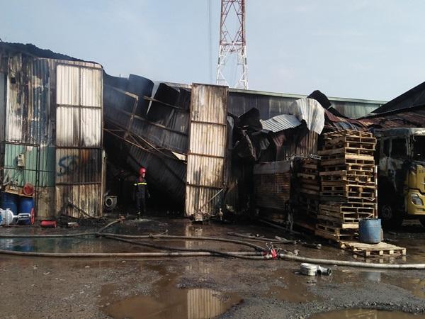Cháy lớn dữ dội tại kho hàng, tài xế lái xe tải chạy ra ngoài thoát thân ở Sài Gòn - Ảnh 1
