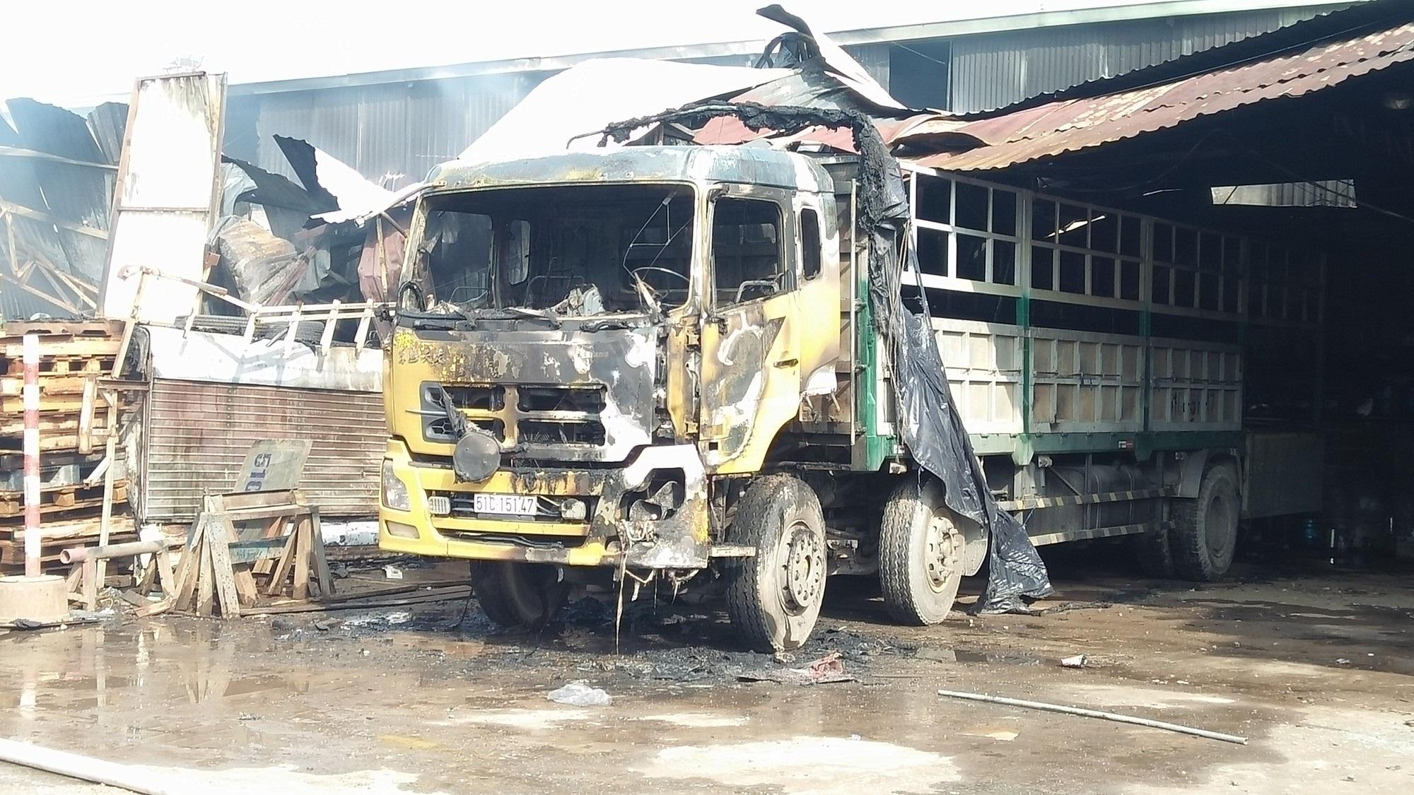 Cháy lớn dữ dội tại kho hàng, tài xế lái xe tải chạy ra ngoài thoát thân ở Sài Gòn - Ảnh 2