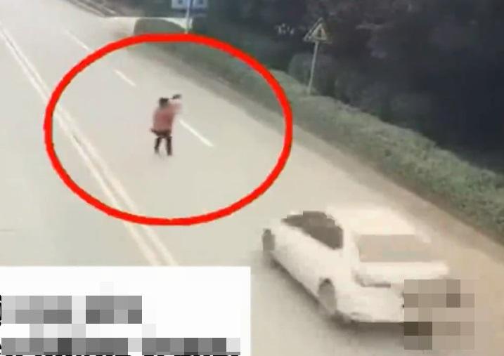 Ám ảnh clip hai bà cháu bị ô tô húc lộn vài vòng trên không trung khi sang đường - Ảnh 1
