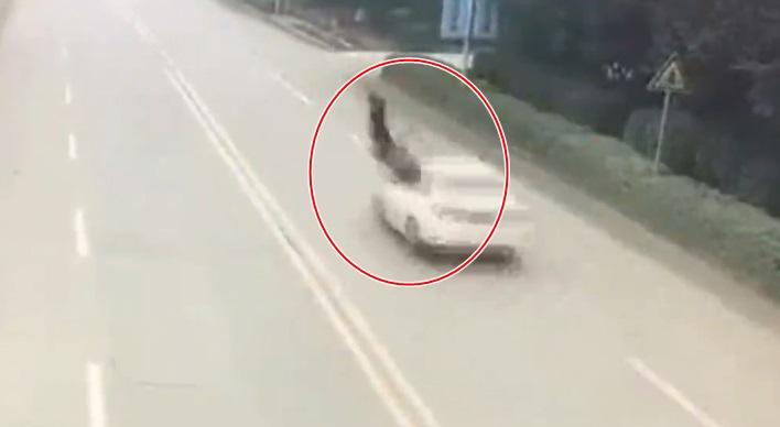 Ám ảnh clip hai bà cháu bị ô tô húc lộn vài vòng trên không trung khi sang đường - Ảnh 2