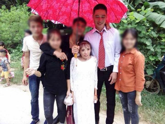 Những cặp 'đũa lệch' từng 'gây bão' mạng: Cô dâu thấp còi lấy được chồng bảnh trai, đám cưới phải bắt ghế hôn - Ảnh 2