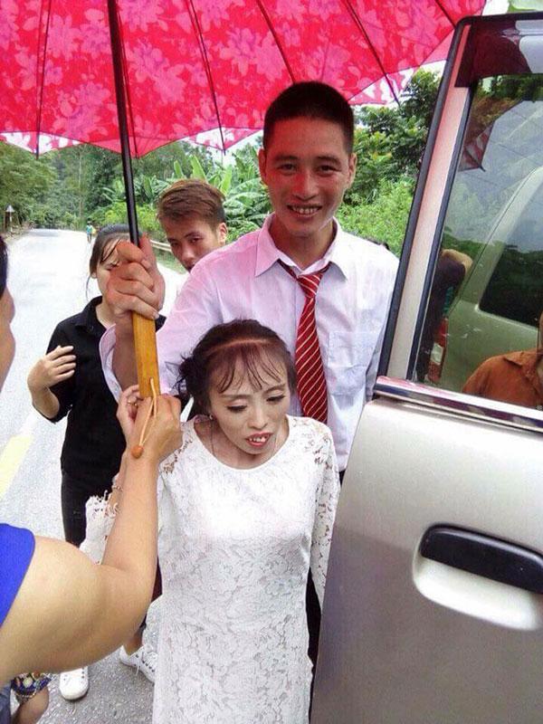 Những cặp 'đũa lệch' từng 'gây bão' mạng: Cô dâu thấp còi lấy được chồng bảnh trai, đám cưới phải bắt ghế hôn - Ảnh 3
