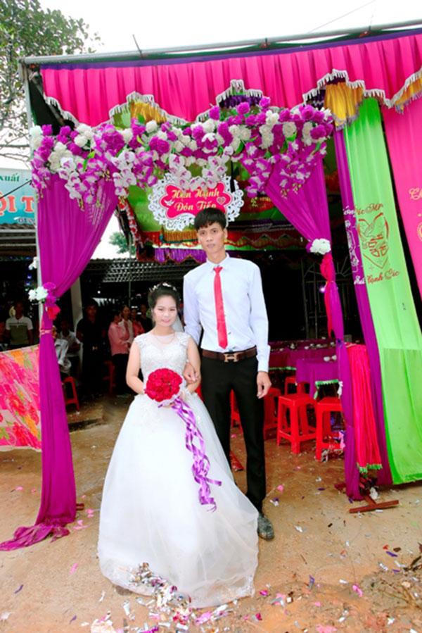 Những cặp 'đũa lệch' từng 'gây bão' mạng: Cô dâu thấp còi lấy được chồng bảnh trai, đám cưới phải bắt ghế hôn - Ảnh 4