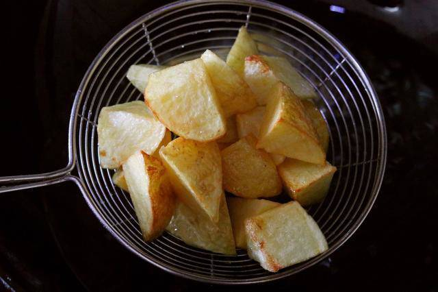 Có lon coca uống dở, tôi đổ vào khoai tây, ai ngờ thành món ngon không tưởng - Ảnh 2