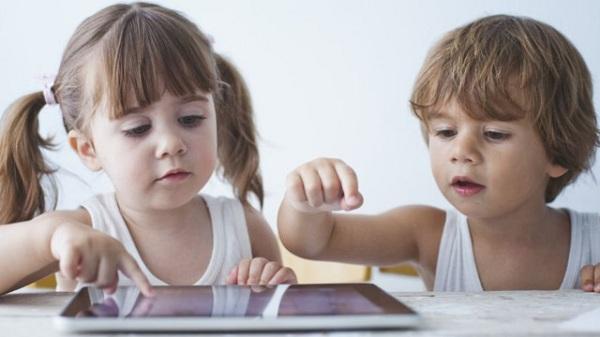 Vì sao trẻ dưới 2 tuổi chậm ngôn ngữ khi tiếp xúc nhiều với thiết bị điện tử? - Ảnh 1