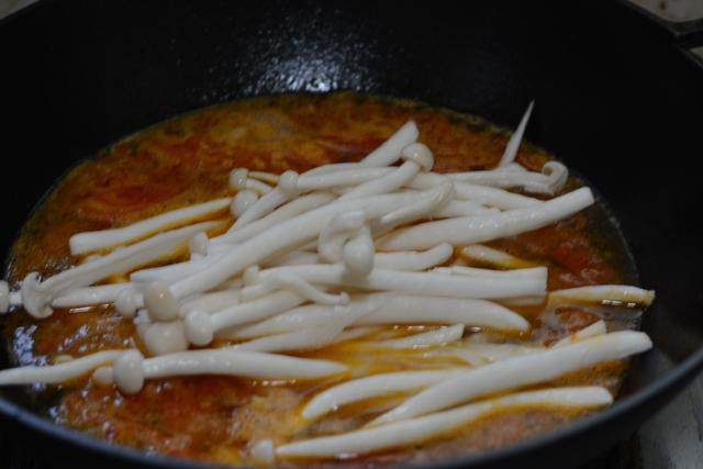 Ngọt thơm canh bò nấu nấm cho bữa cơm mùa đông thêm hấp dẫn - Ảnh 3