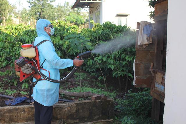 Nhiều trường hợp ngộ độc thuốc xịt muỗi chưa biết cách sơ cứu kịp thời