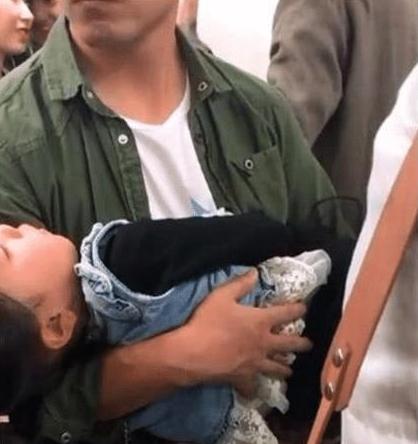 Bố bế con gái đứng suốt 40 phút trên tàu khiến nhiều người xúc động - Ảnh 2