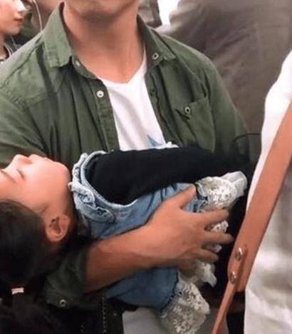Bố bế con gái đứng suốt 40 phút trên tàu khiến nhiều người xúc động - Ảnh 3