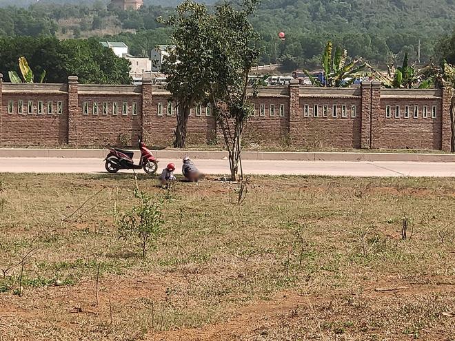 Hai cô gái trẻ bị chụp ảnh lộ vùng kín vì tiểu bậy ngoài đường khiến dân mạng bàn tán xôn xao - Ảnh 1