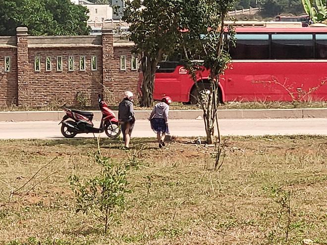 Hai cô gái trẻ bị chụp ảnh lộ vùng kín vì tiểu bậy ngoài đường khiến dân mạng bàn tán xôn xao - Ảnh 2
