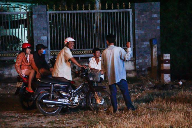 """[Ảnh] Dân Sài Gòn ngủ vạ vật, trắng đêm xem công an chốt chặn, tiêu diệt Tuấn """"Khỉ"""" ở tỉnh lộ 15 - Ảnh 3"""