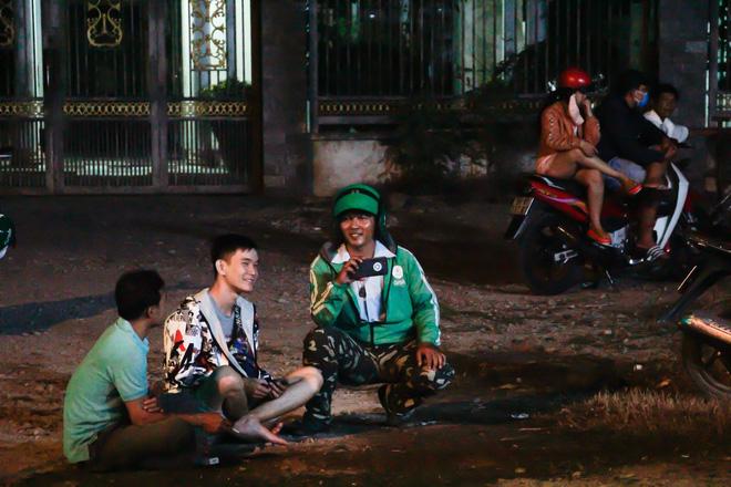 """[Ảnh] Dân Sài Gòn ngủ vạ vật, trắng đêm xem công an chốt chặn, tiêu diệt Tuấn """"Khỉ"""" ở tỉnh lộ 15 - Ảnh 4"""