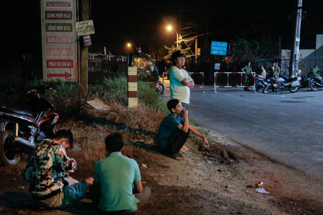 """[Ảnh] Dân Sài Gòn ngủ vạ vật, trắng đêm xem công an chốt chặn, tiêu diệt Tuấn """"Khỉ"""" ở tỉnh lộ 15 - Ảnh 5"""