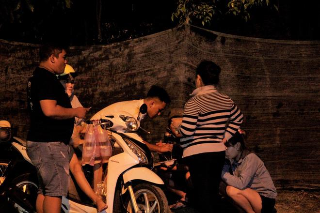 """[Ảnh] Dân Sài Gòn ngủ vạ vật, trắng đêm xem công an chốt chặn, tiêu diệt Tuấn """"Khỉ"""" ở tỉnh lộ 15 - Ảnh 7"""