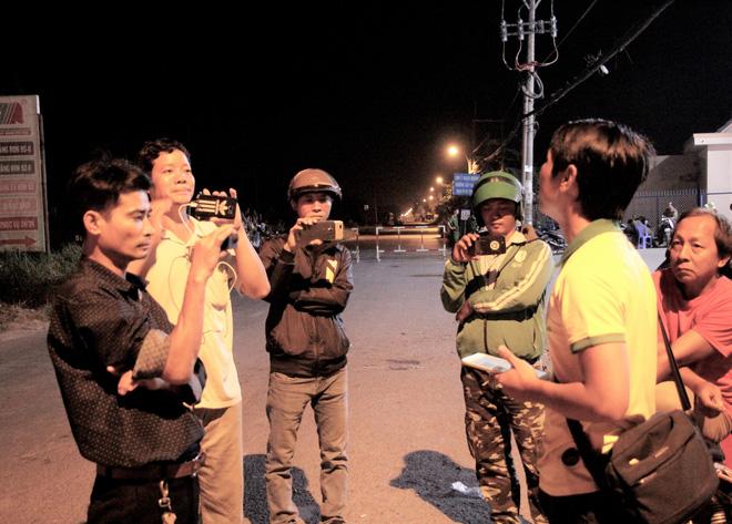 """[Ảnh] Dân Sài Gòn ngủ vạ vật, trắng đêm xem công an chốt chặn, tiêu diệt Tuấn """"Khỉ"""" ở tỉnh lộ 15 - Ảnh 10"""