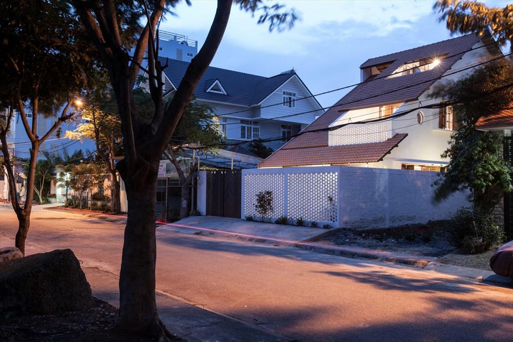 Kỳ lạ nhà ba tầng ở Sài Gòn chỉ nhìn thấy mái - Ảnh 1