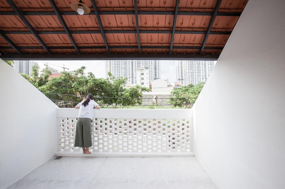 Kỳ lạ nhà ba tầng ở Sài Gòn chỉ nhìn thấy mái - Ảnh 3