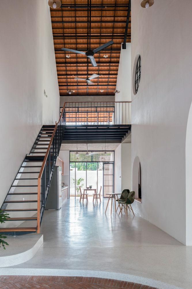 Kỳ lạ nhà ba tầng ở Sài Gòn chỉ nhìn thấy mái - Ảnh 5