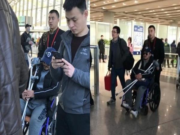 Ngô Kinh phải ngồi xe lăn, mang theo nạng khi xuất hiện ở sân bay - Ảnh 1