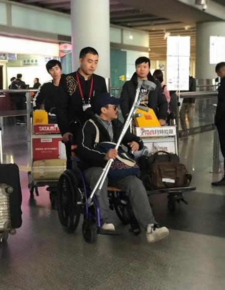 Ngô Kinh phải ngồi xe lăn, mang theo nạng khi xuất hiện ở sân bay - Ảnh 2