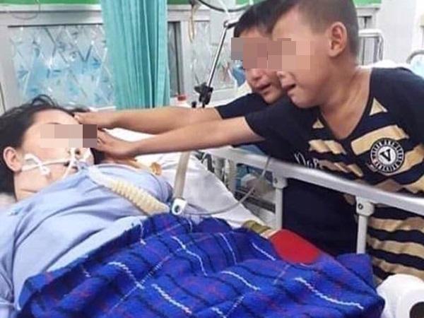 Triệu trái tim quặn đau trước bức ảnh hai đứa trẻ khóc bên giường bệnh, sờ mặt mẹ lần cuối - Ảnh 1