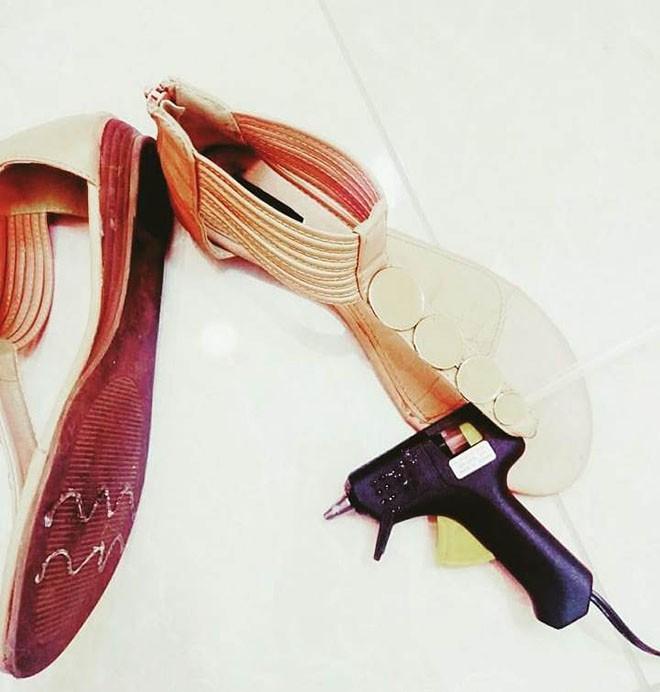 Cần gì ra tiệm, chỉ với 15 mẹo vặt này, giày của bạn sẽ luôn thơm tho và sáng bóng như mới - Ảnh 1