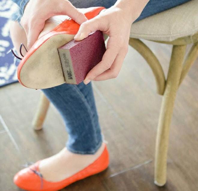 Cần gì ra tiệm, chỉ với 15 mẹo vặt này, giày của bạn sẽ luôn thơm tho và sáng bóng như mới - Ảnh 7