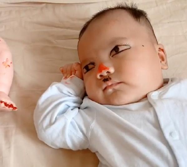 Mẹ vào phòng thấy con trai ngủ im re nhưng mắt vẫn mở, đến khi biết sự thật cô không khỏi phì cười - Ảnh 2