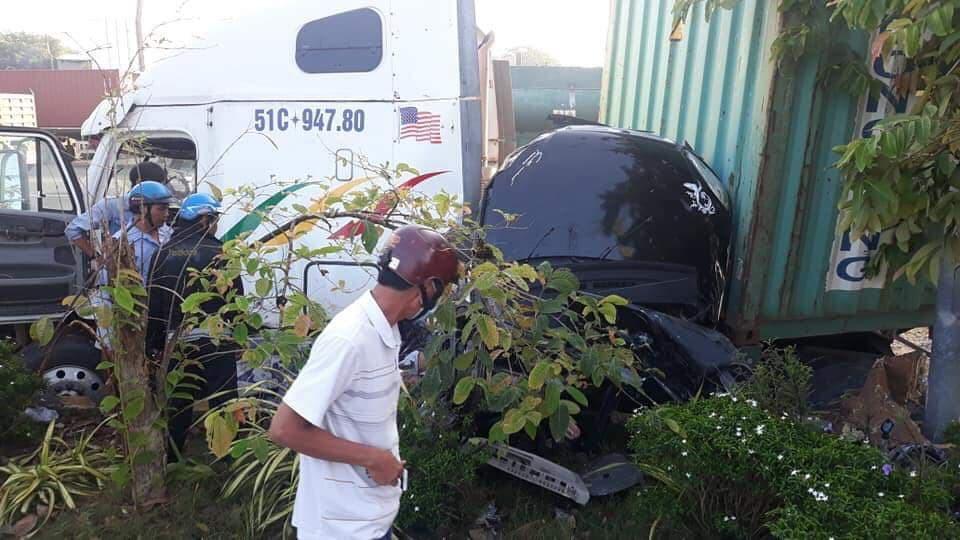 Tây Ninh: Container đâm ô tô nát bét, 3 nạn nhân bẹp dúm tử vong tại chỗ - Ảnh 2