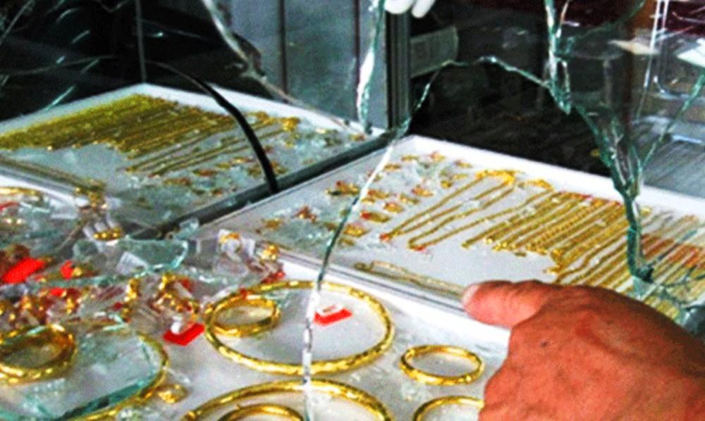 Táo tợn dùng búa đập vỡ tủ kính, cướp tiệm vàng rồi tẩu thoát - Ảnh 1