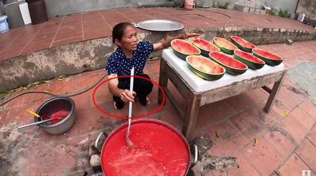 Bà Tân Vlog bị chê để móng tay bẩn làm đồ ăn nhưng lời giải thích sẽ khiến ai cũng phải gật đầu đồng tình - Ảnh 3