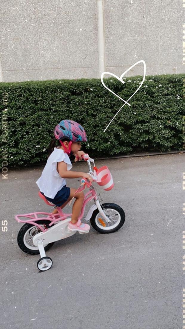 """Công chúa nhỏ nhà Hà Tăng mới 3 tuổi đã biết viết chữ và làm thiệp tặng bố khiến mẹ phải thốt lên: """"Hãnh diện quá"""" - Ảnh 2"""