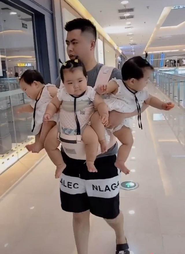 Hình ảnh ông bố 'ba đầu sáu tay' đưa các con đi chơi trung tâm thương mại khiến người xem ngưỡng mộ và phục lăn - Ảnh 2