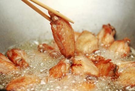 Hướng dẫn cách làm món cánh gà hầm coca lạ miệng cho cả nhà - Ảnh 3