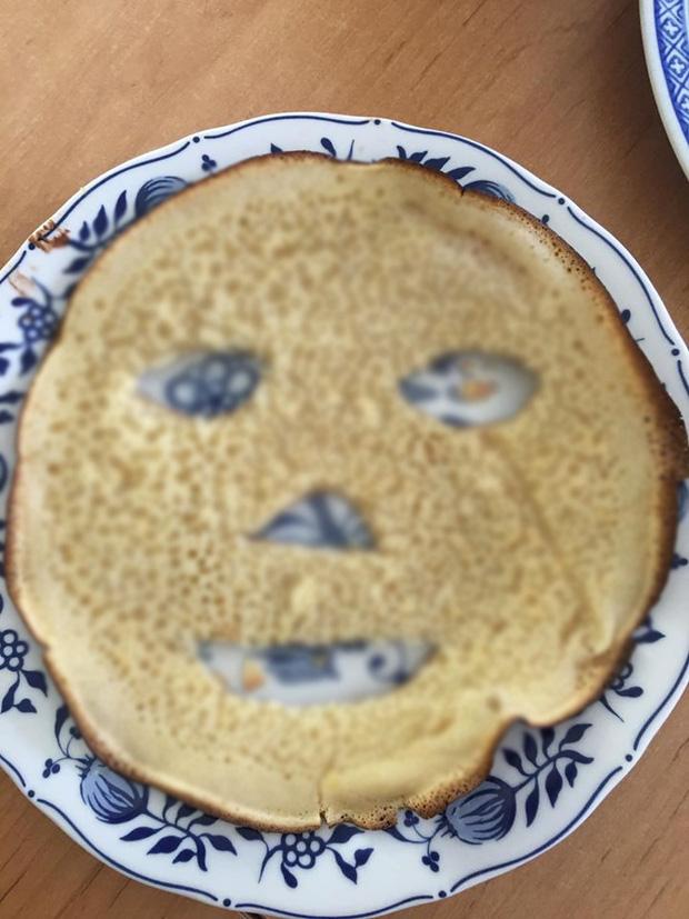 """Lỡ rán bánh bột mì bị cháy, mẹ nội trợ biến thành… mặt nạ để chụp hình cho vui nhưng lại khiến dân tình """"nổi hết cả da gà"""" vì một điểm này - Ảnh 3"""