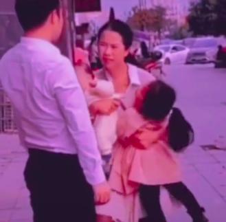 Người chồng cố tình đứng phía sau giả làm hành động kẻ xấu muốn bắt cóc cô con gái và hai kiểu phản ứng của người mẹ khiến nhiều người xúc động nhưng cũng đầy bất ngờ - Ảnh 2