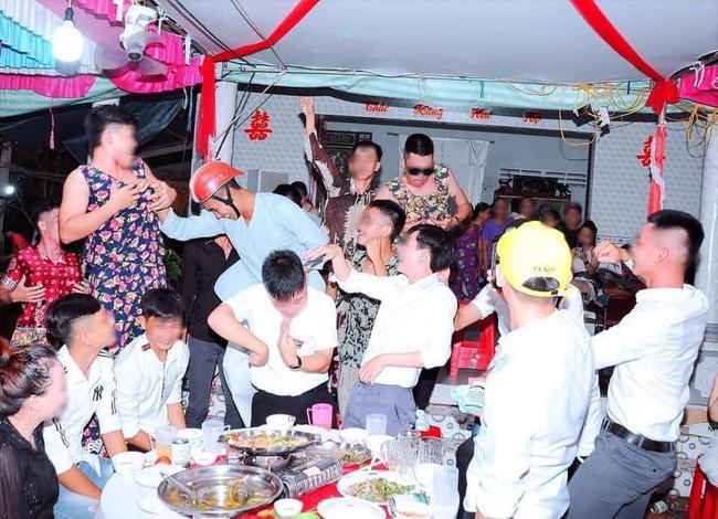 Nhóm bạn thân 'lầy lội' mặc đồ ngủ mang phong cách 'bà thím' đi ăn cưới khiến dân mạng được phen cười ngặt nghẽo - Ảnh 3