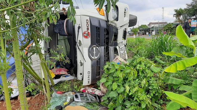 Tai nạn kinh hoàng ở Đắk Nông: Người bán bánh mì bị cuốn hẳn vào gầm xe, may mắn sống sót - Ảnh 2