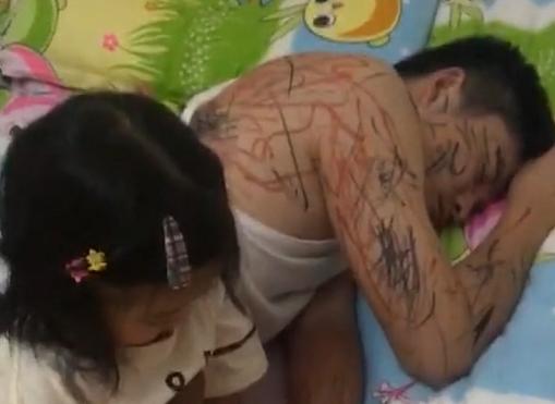 Thấy bố ngủ say sưa, cô công chúa bé nhỏ chớp cơ hội thỏa đam mê vẽ vời bấy lâu bị cấm đoán - Ảnh 1