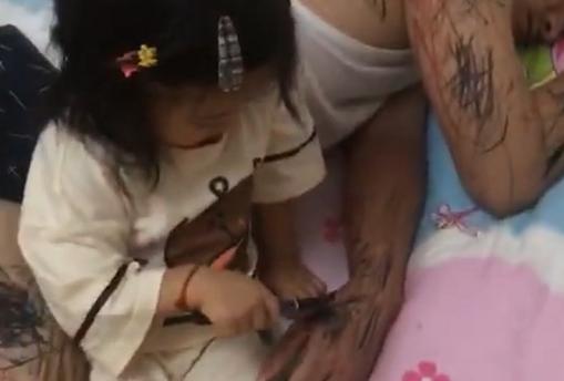 Thấy bố ngủ say sưa, cô công chúa bé nhỏ chớp cơ hội thỏa đam mê vẽ vời bấy lâu bị cấm đoán - Ảnh 3