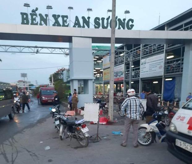 Truy bắt đối tượng đâm chết tài xế ô tô công nghệ trước cổng bến xe ở Sài Gòn - Ảnh 1