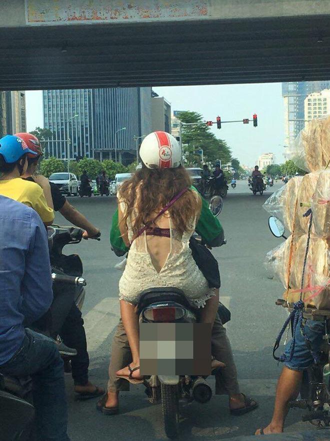 Khoe trọn lưng trần cùng áo ngực diễu phố, thiếu nữ bị chỉ trích dữ dội - Ảnh 2