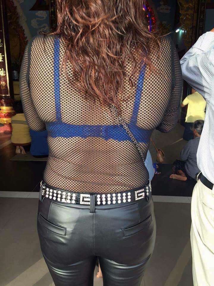 Khoe trọn lưng trần cùng áo ngực diễu phố, thiếu nữ bị chỉ trích dữ dội - Ảnh 8