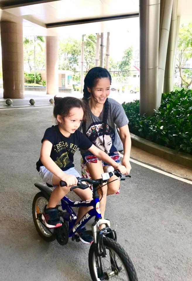 Hồng Nhung hé lộ cuộc sống của 2 con khi không có ba: 'Mẹ mệt rã, con thì hưng phấn không phanh' - Ảnh 5