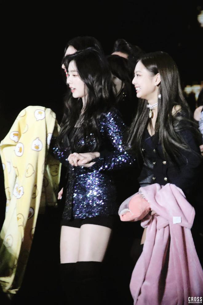 1 năm sau 'cuộc chiến' tranh trả tiền của cặp bạn thân Irene - Jennie ở trời Tây, fan cũng đã biết ai giành phần thắng - Ảnh 7