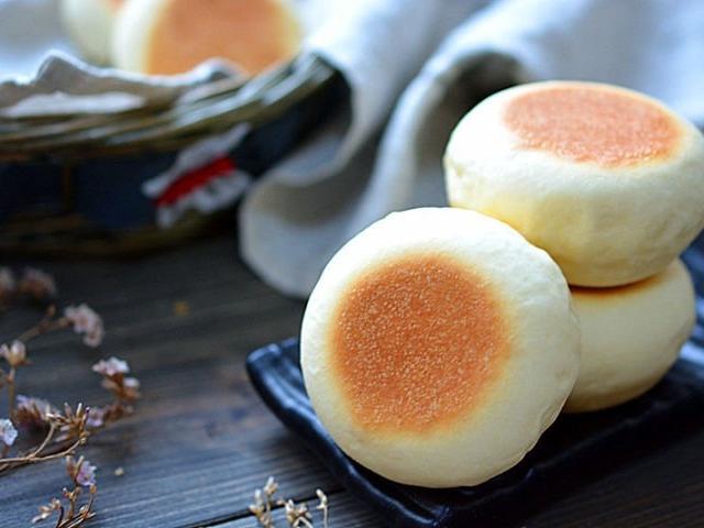 Không có lò nướng cũng đừng buồn, các chị vào mà xem cách làm bánh mì sữa xốp mềm bằng chảo đây này! - Ảnh 5