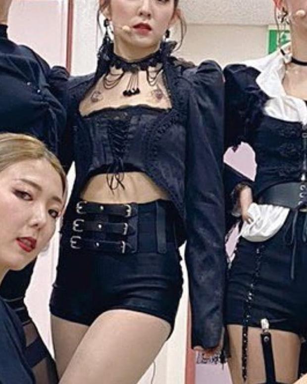"""Stylist Red Velvet """"lên tay"""": Chế áo cho Irene mặc sexy, quý tộc """"ăn đứt"""" người mẫu hãng - Ảnh 3"""