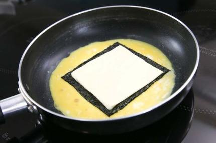 Món trứng cuộn tưởng dễ nhưng để làm ngon đẹp như nhà hàng thì không phải mẹ nào cũng biết - Ảnh 7